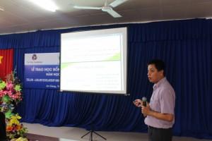 1. Ông Vũ Anh Minh, phó giám đốc Trung tâm Giáo dục và Phát triển tập huấn các em nữ sinh kỹ năng quản lý file cá nhân