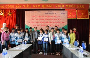 Representatives from The Asia Foundation and the Dien Bien Association for Promoting Education awarded scholarships to the students.