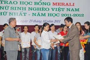 ho-tro-hoc-bong-cho-sinh-vien-ngheo-300x201